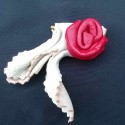 Broche rose en cuir
